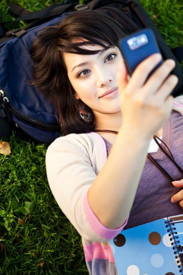 Pige med mobil   Supri Suharjoto  Shutterstock